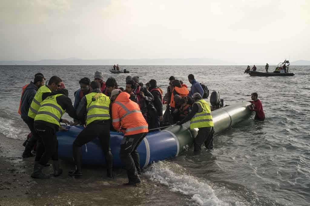 Refugees arrive at the Greek coast in south Lebos while volunteers help them to get off the boat safely. Photo: Amnesty International / Olga Stefatou