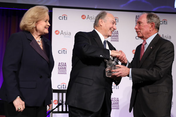 The Aga Khan (centre) is presented the Asia Society New York 2017 Asia Game Changer Lifetime Achievement Award by former NY Michael Bloomberg and Sharon Rockefeller. Photo: AKDN